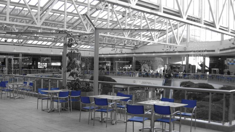 paramus park mall, with empty chairs and tables