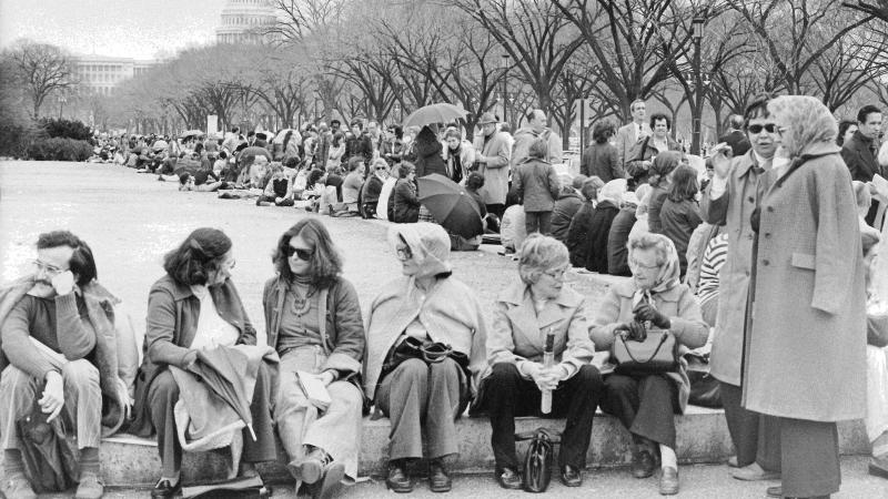 Black and white photo of people lining up on the National Mall to enter a King Tut exhibit in 1977.